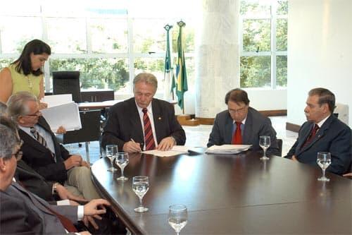 Presidente do TJ/PR participa da solenidade de sanção da Lei do Orçamento/2011