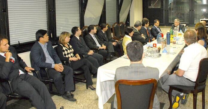 Miguel Kfouri Neto, do TJ/PR, visita Fórum Cível de Curitiba e conversa com os juízes