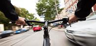Locatária e locadora de veículo respondem por acidente que causou danos a ciclista