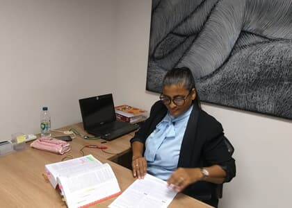 Aos 45 anos e com 5 filhos, mulher mostra rotina de estudos para enfrentar novo exame da OAB