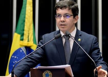 Randolfe pede que Guedes e Moro esclareçam suposta investigação contra Glenn Greenwald