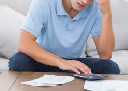Consumidor será indenizado por cobrança acumulada de seguro em uma única fatura