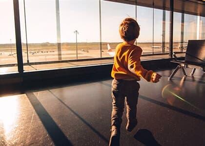 Crianças serão indenizadas por cia aérea após pernoite em aeroporto
