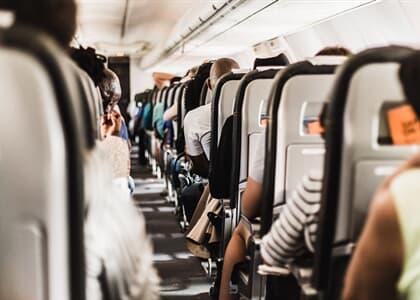 Cancelamento de voo com realocação não gera dano moral a viajante