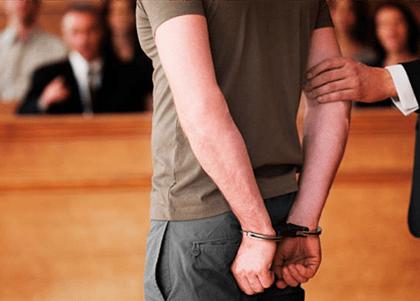 STJ cassa decisão que genericamente indeferiu que réu use roupas próprias no Tribunal do Júri