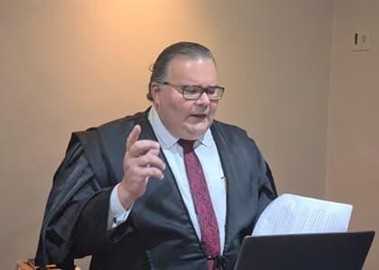"""Advogado participa de sessão virtual em pé e de beca: """"não se pode abandonar a liturgia"""""""