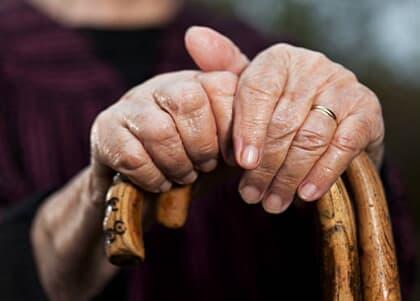 Empresa aérea deve indenizar por descaso com passageiros idosos