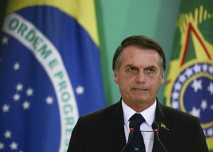 Bolsonaro assina decreto que flexibiliza posse de armas